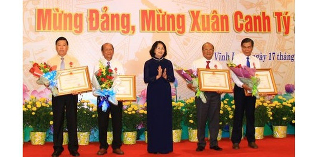 Vice President Dang Thi Ngoc Thinh presents awards to collectives and individuals who gained outstanding achievements in the province. (Photo: baovinhlong.com.vn)