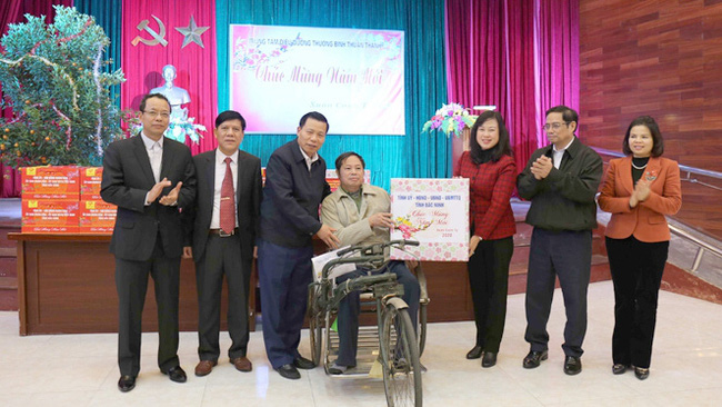 Head of the PCC Organisation Commission Pham Minh Chinh presents gifts to wounded and sick soldiers. (Photo: daibieunhandan.vn)