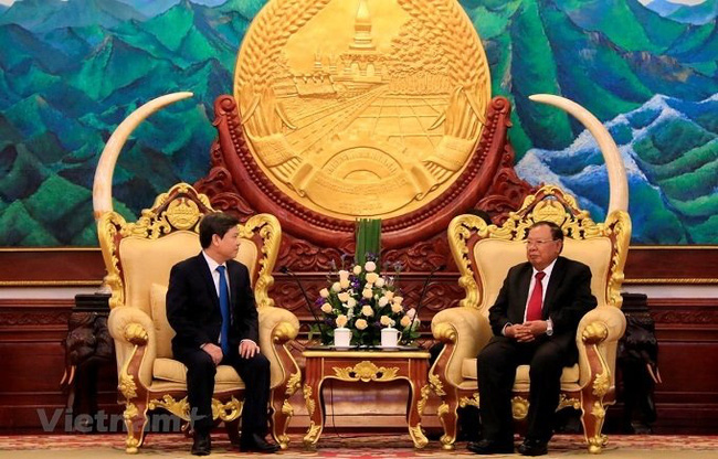 Party General Secretary and President of Laos Bounnhang Vorachith (R) receives Prosecutor General of the Supreme People's Procuracy of Vietnam Le Minh Tri. (Photo: VN+)
