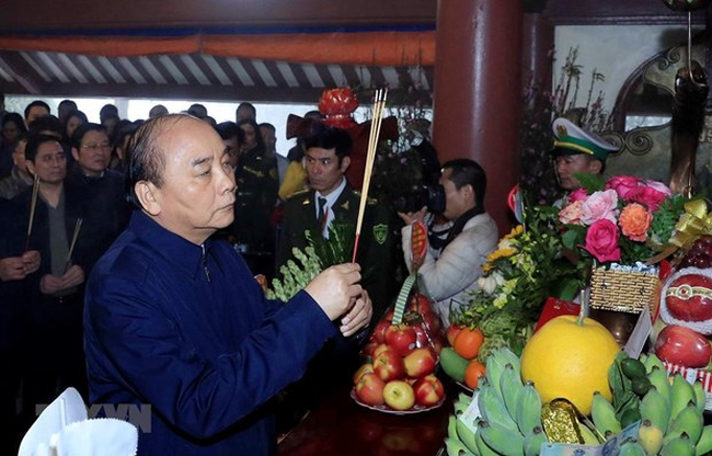 Prime Minister Nguyen Xuan Phuc offers incense to late President Ho Chi Minh. (Photo: VNA)