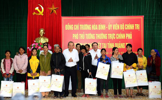 Deputy Prime Minister Truong Hoa Binh presents gifts to ethnic minority and needy households in the central province of Quang Tri ahead of the Lunar New Year (Tet) festival. (Photo: VNA)