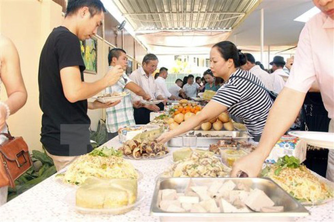 Vietnamese people enjoy traditional foods to welcome the New Year at the Vietnamese Embassy in Angola. (Photo: VNA)