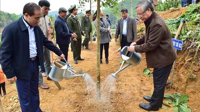 Politburo member Tran Quoc Vuong (R) attends the tree-planting festival in Tuyen Quang province (Photo: VNA)