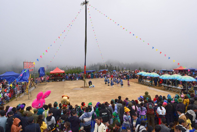 At Gau Tao festival, H'mong people planted a large bamboo tree with colourful decorations called Cay Neu with a belief that it may draw good luck and expel evil spirits.