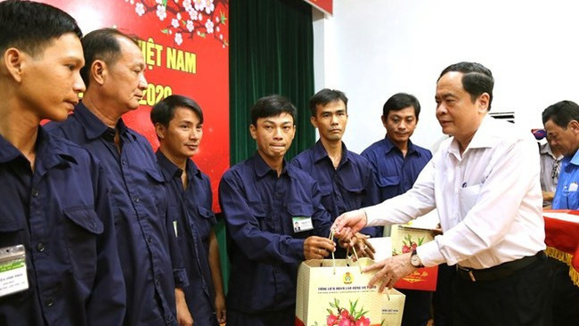 President of the Vietnam Fatherland Front (VFF) Central Committee Tran Thanh Man presents Tet gifts to workers in An Giang province. (Photo: mattran.org.vn)
