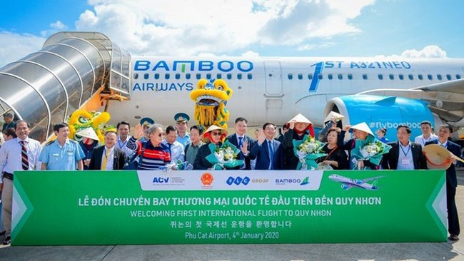 Passengers on flight QH9457 of Bamboo Airways welcomed at the Phu Cat airport. (Photo: VNA)