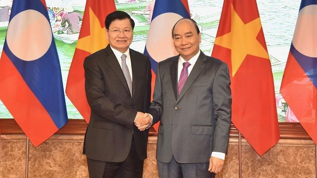 Prime Minister Nguyen Xuan Phuc (R) and his Lao counterpart Thongloun Sisoulith (Photo: NDO/Tran Hai)