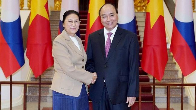 Prime Minister Nguyen Xuan Phuc and Lao National Assembly Chairwoman Pany Yathotou (Photo: VGP)