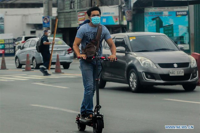 A man wearing a face mask rides his scooter in Manila, the Philippines, Sept. 16, 2020. (Photo: Xinhua)