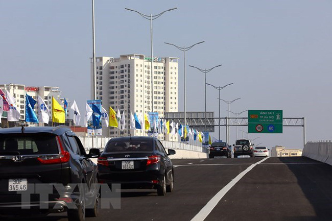 First vehicles passing the Mai Dich - South Thang Long Section of Hanoi's Ring Road No 3 (Photo: VNA)