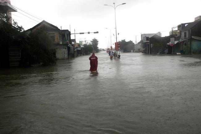 Miền Trung bị lũ lụt nặng nề Vnapotalquangnammualukeodailamnhieunhadanvacaccongtrinhcongcongbithiethaihuhong5061570-16024082262161662260868