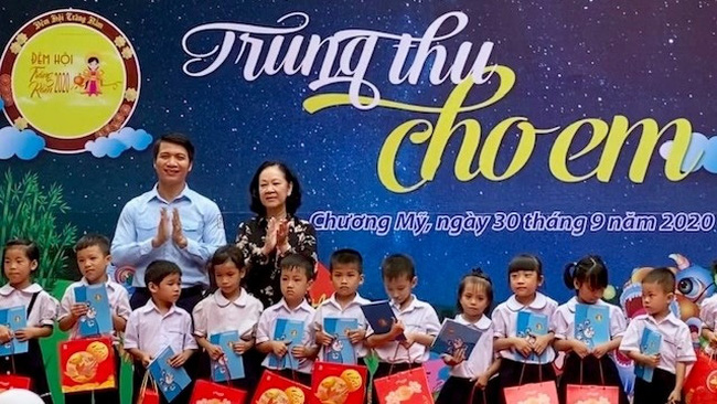 Politburo member Truong Thi Mai presents gift packages to children of workers in Phu Nghia Industrial Park, Phu Nghia Commune, Chuong My District, Hanoi.