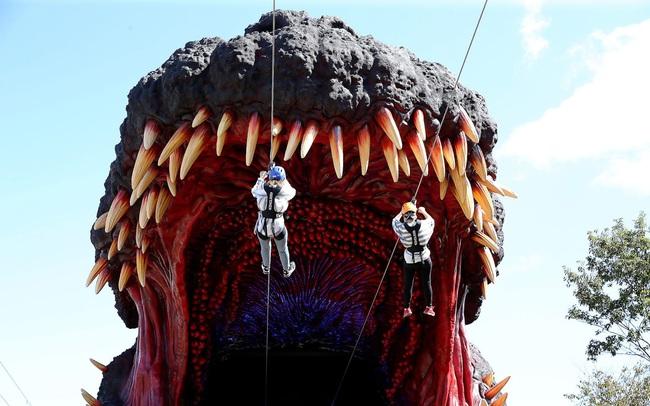 """Đu dây vào miệng quái thú, """"trò chơi siêu hot"""" mới ở Nhật Bản - ảnh 4"""