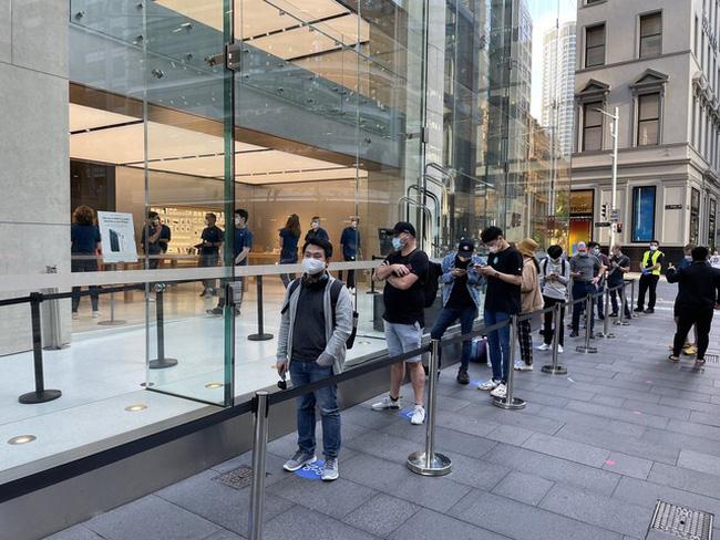 Bất chấp dịch COVID-19, dân tình vẫn xếp hàng dài chờ mua iPhone 12 - ảnh 6