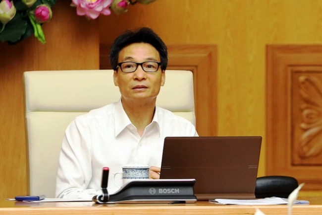 Deputy PM Vu Duc Dam warns about possible virus risks in community at a review meeting October 3.
