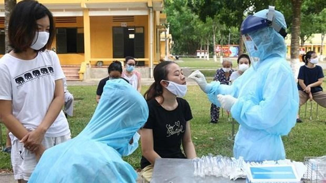 A health worker gets a testing sample (Photo: VNA)