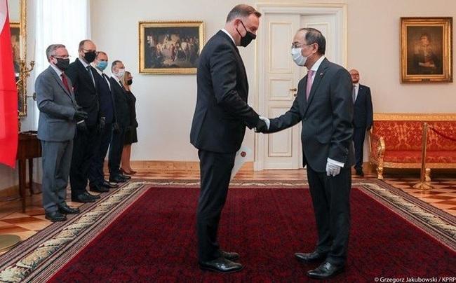 Vietnamese Ambassador to the Republic of Poland Nguyen Hung presents his credentials to Polish President Andrzej Duda. (Photo: prezydent.pl)