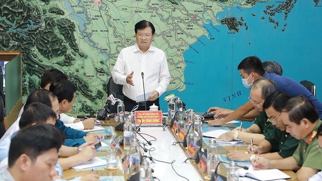 Deputy Prime Minister Trinh Dinh Dung (standing) speaks during a meeting to discuss measures in response to Storm Noul. (Photo: NDO/An Ha)