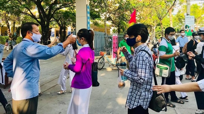 Students from Tran Phu High School in Da Nang have their body temperatures checked before entering the school. (Photo: Tran Phu High School)