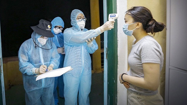 Health workers record health information of a woman at a quarantine site. (Photo: VNA)
