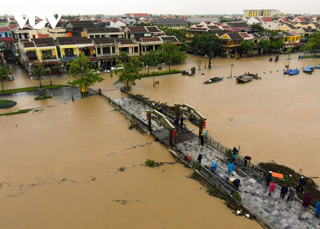 Rising floodwaters caused by heavy rain have turned streets in UNESCO-recognised Hoi An into rivers.