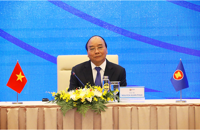 Vietnamese Prime Minister nguyen Xuan Phuc chairs the November 15 press briefing on the outcome of the 37th ASEAN Summit and related meetings. (Photo: VNA)