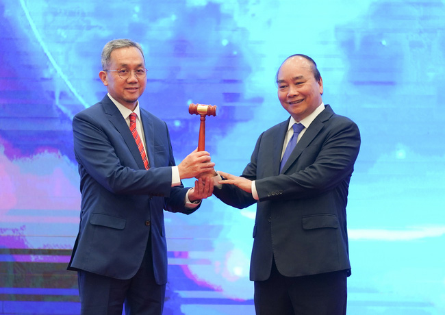 Prime Minister Nguyen Xuan Phuc of Vietnam passes on the ASEAN Chairmanship gavel to Brunei ambassador to Vietnam Pengiran Haji Sahari bin Pengiran Haji Salleh, in Hanoi on November 15.Vietnamese PM nguyen Xuan Phuc addresses the closing ceremony of the 37th ASEAN Summit and related meetings, wrapping up a successful year for Vietnam in its role as the ASEAN Chair. (Photo: VGP)