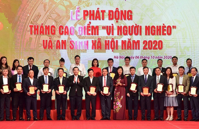 Hanoi's leaders receive donations from units to the city's Fund for the Poor. (Photo: HNM)