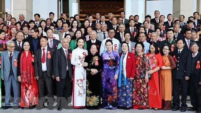 National Assembly Chairwoman Nguyen Thi Kim Ngan (seventh, from right) with the delegates (Photo: VNA)