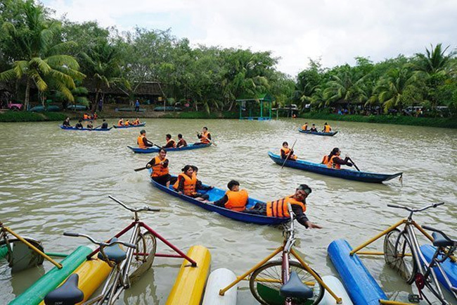 Tourist boats are seen at Lan Vuong tourist site in Ben Tre Province. Vietnamese tourism businesses have expressed hope over the second aid package provided by the Government (Photo: Dao Loan)