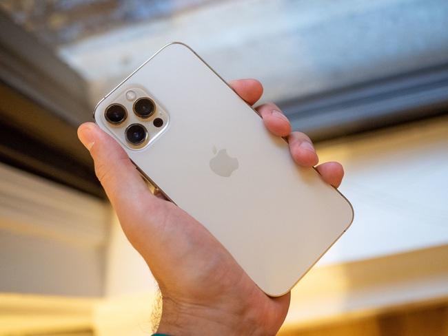 Mua iPhone 12 Pro Max, nhận được… miếng đá vỡ, hộp bút màu | VTV.VN