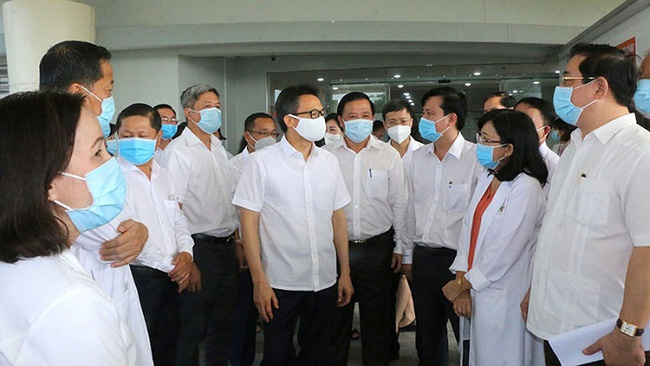 Deputy Prime Minister Vu Duc Dam (C, in white face mask) inspects the prevention and fight against COVID-19 in Long An on November 23, 2020. (Photo: NDO)