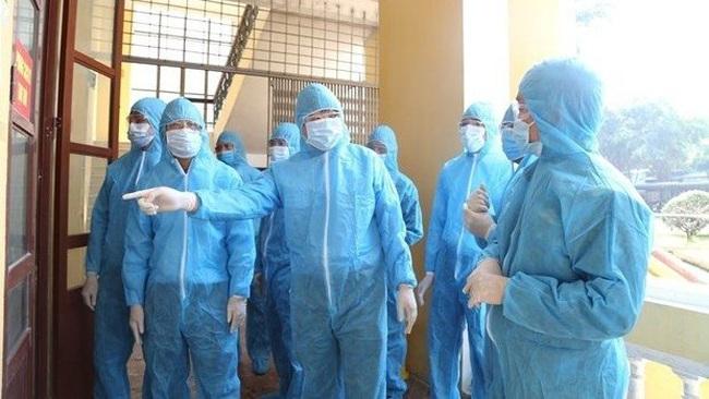 Officials examine a quarantine site in northern Ha Nam province. (Photo: VNA)