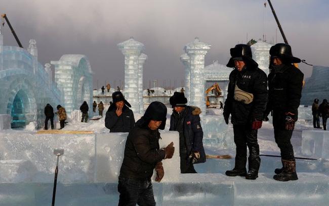 Độc đáo, khai thác hàng nghìn khối băng để xây lâu đài và chùa ở Trung Quốc - ảnh 7