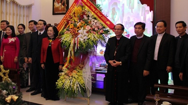 Politburo member Truong Thi Mai visits the Thanh Hoa Province Diocese and extends her Christmas greetings to local Catholics.