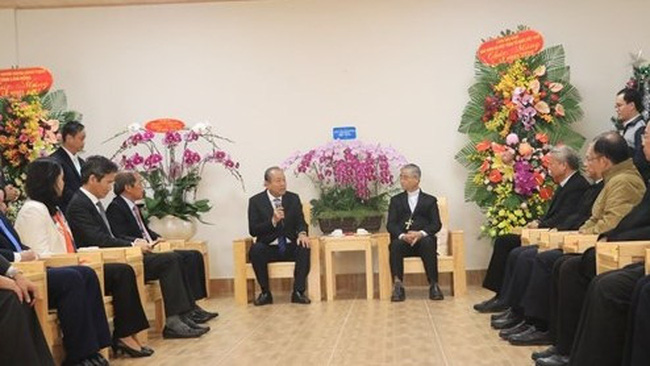 Deputy PM Truong Hoa Binh visits and extends Christmas greetings to the Da Lat Diocese. (Photo: VNA)