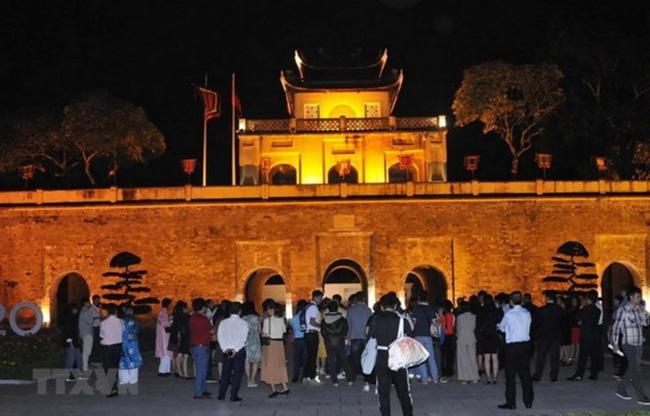 A tour to the ancient citadel of Hoang Thanh at night (Photo: VNA)