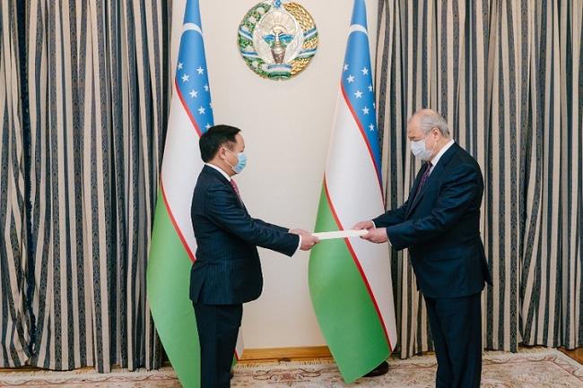 Vietnamese Ambassador to Russia and Uzbekistan Ngo Duc Manh presents his credentials to Uzbek Foreign Minister Abdulaziz Kamilov. (Photo: NDO)