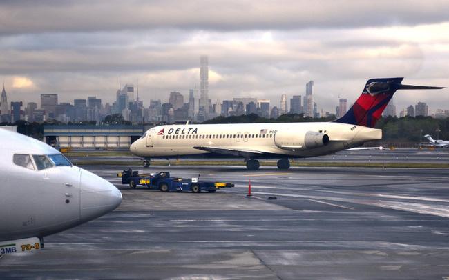 Kỳ lạ, hành khách và thú cưng bỗng nhảy ra  khỏi máy bay khi đang cất cánh - ảnh 3