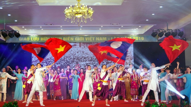 A performance at the Vietnam - Laos border friendship exchange event in Quang Tri Province in 2019 (Photo: VOV)
