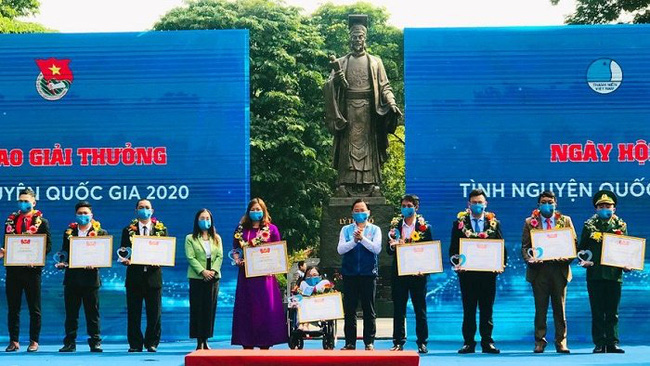 20 collectives and individuals receive National Volunteer Awards 2020 (Photo: hanoimoi.com.vn)