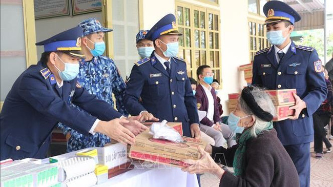 Coast guards present gifts to an elder in Nghi Quang commune (Photo: VNA)
