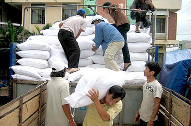 Prime Minister Nguyen Xuan Phuc has decided to use more than 3,590 tonnes of rice from the national reserves as relief aid for the central provinces of Quang Binh and Quang Ngai (Illustrative photo: baochinhphu.vn)