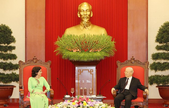 Party General Secretary and State President Nguyen Phu Trong (R) receives outgoing Cuban Ambassador to Vietnam Lianys Torres Rivera (Source: VNA)