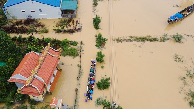 A street in the central city of Hue affected by floods (Photo: baodantoc.vn)