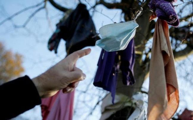Treo khẩu trang lên cây, kiểu cầu nguyện mới thời COVID-19 - ảnh 4