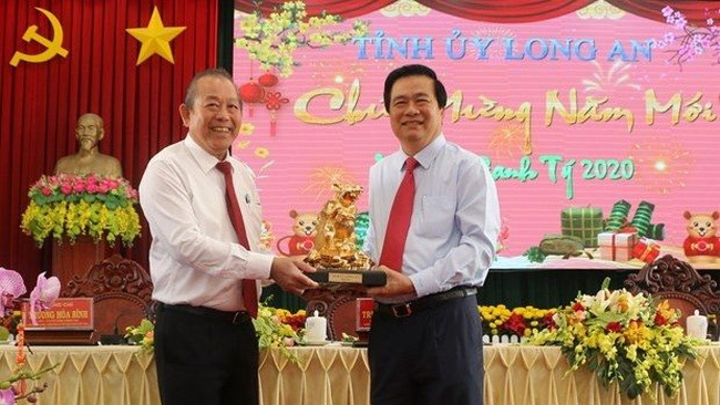 Permanent Deputy Prime Minister Truong Hoa Binh (L) and Secretary of the provincial Party Committee and Chairman of the provincial People's Council Pham Van Ranh (Photo: VNA)