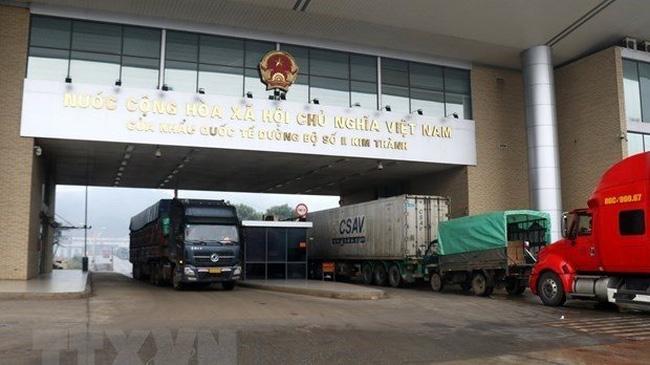 Trucks traverse Kim Thanh International Border Gate No. 2. (Photo: VNA)