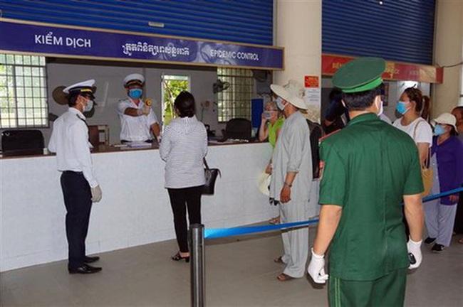 Tourists receive temperature screening at Ha Tien border gate in Kien Giang (Photo: VNA)