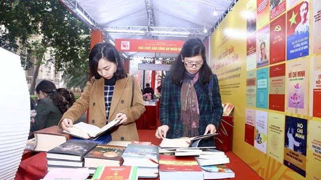 Visitors to the book exhibition at the National Library of Vietnam on February 2 (Photo: VNA)